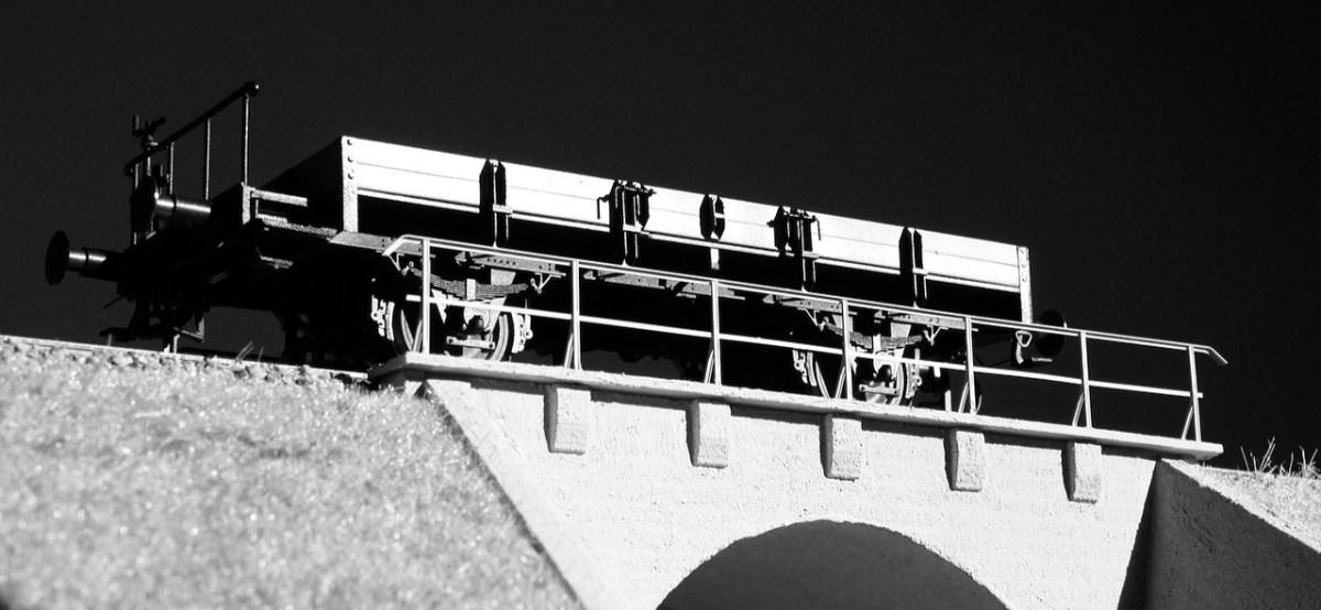 X-Wagen auf Brücke