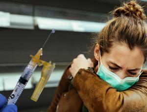 ABD'den yeni koronavirüs kılavuzu: Aşılanmış kişilerin maske zorunluluğu kaldırıldı