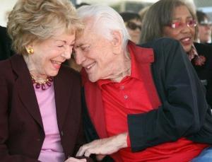 Kirk Douglas'ın eşi yapımcı Anne Douglas hayatını kaybetti