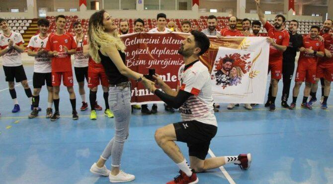 Amasya'da maç öncesi Mehmet Keskin'den evlenme teklifi
