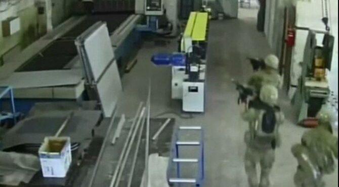 Fabrikadaki işçiler karşılarında NATO askerini görünce şoke oldu! Soruşturma başlatıldı
