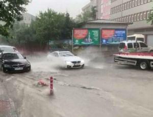 İstanbul'u kara bulutlar sardı, Başakşehir'de yol çöktü