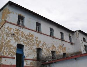 Kars'taki Çarlık Rusyası döneminden kalma cezaevi talan edildi