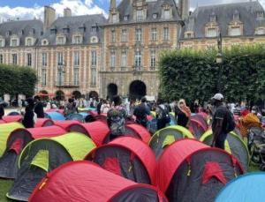 Fransa'da 400 evsiz, 'onurlu barınma' talebiyle Paris'in en turistik yerlerinden Vosges Meydanı'nda çadır kurdu