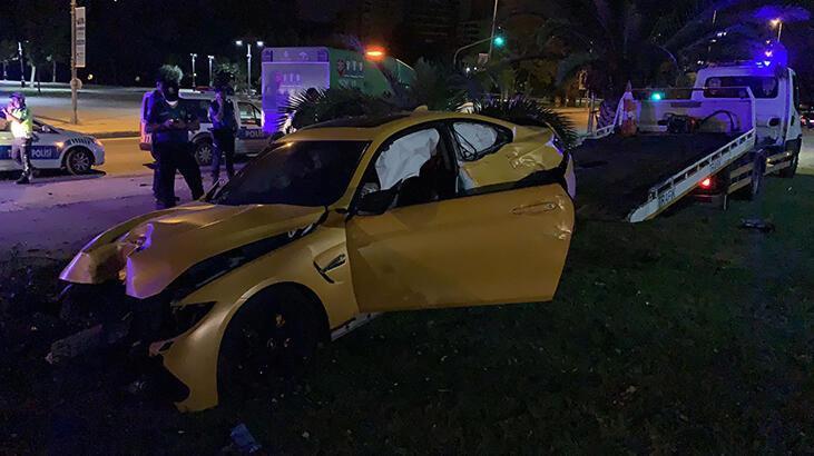 Kadıköy'de kaza! Hurdaya dönen lüks aracını bırakıp kaçtı