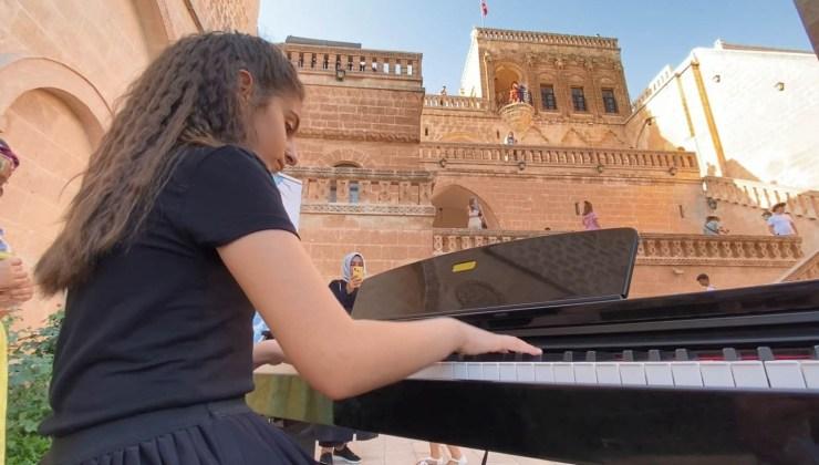 tarih konakta 12 yaşındaki arin'den piyano resitali