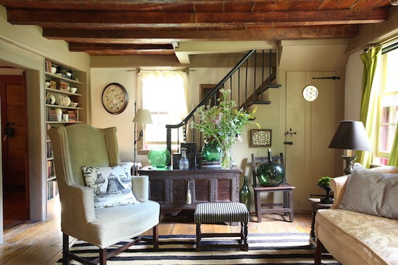 Farmhouse Interiors with Fabulous Modern Designs    I wanted to decorate the space keeping to the style of this 18th century  colonial Connecticut house     Annie Kelly says     However  I used a few  modern