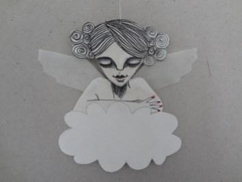 Blid engel på sky med krøllet hår