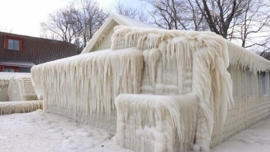 منزل تحول إلى كتلة جليد