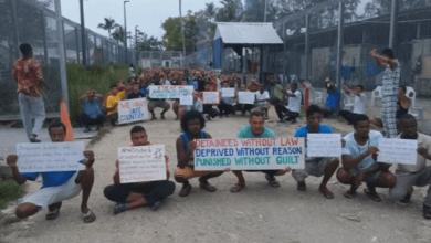 استراليون يحتجون على الأوضاع بمركز لطالبي اللجوء