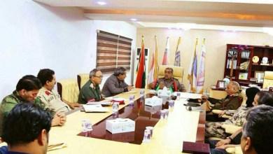 الفريق عبد الرازق الناظوري، مع عدد من أعضاء غرفة العمليات المركزية بنغازي