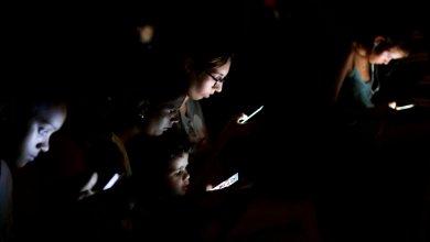 مجموعة من الناس يتصفحون الإنترنت على أجهزتهم المحمولة - هافانا كوبا