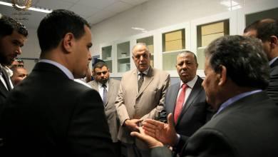 عبدالله الثني في زيارته لمستشفى الهواري العام