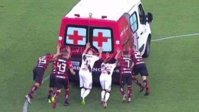 لاعبو فلامنجو وفاسكو دى جاما يدفعون سيارة الأسعاف