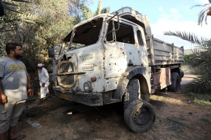 أحد شاحنات المتضررة جراء الاشتباكات في مدينة طرابلس