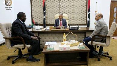 اجتماع عبدالله الثني ووكيل عام وزارة الصحة بالحكومة المؤقتة سعد عقوب وعميد بلدية تازربو مفتاح القماطي - البيضاء
