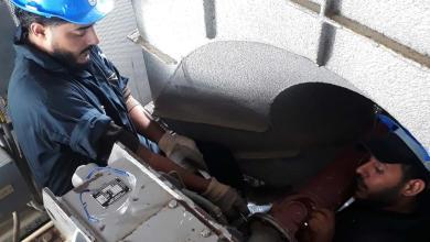 فرقة الصيانة بشركة سرت لانتاج وتصنيع النفط والغاز في مهمة تركيب المحرك