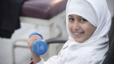 طفلة تعالج في قسم العلاج الطبيعي بمركز طبرق الطبي