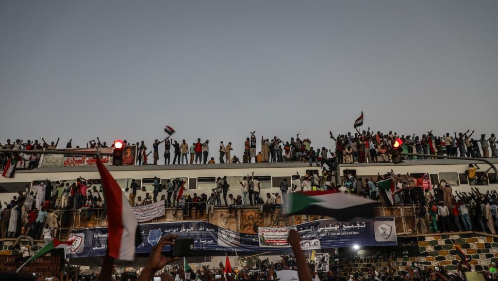 المحتجون يتمسكون بتسليم السلطة إلى المدنيين (الأناضول)