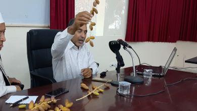 الدكتور محمد أفنير -عضو هيئة التدريس بكلية الزراعة جامعة طرابلس- يلقي محاضرته حول النخيل وانتاج التمور في مدينة هون