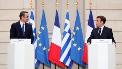 الرئيس الفرنسي إيمانويل ماكرون ورئيس الوزراء اليوناني كيرياكوس ميتسوتاكيس