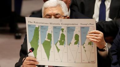 الرئيس الفلسطيني محمود عباس يلوح غاضباً بخريطة الخطة الفلسطينية المقترحة من الجانب الأميركي