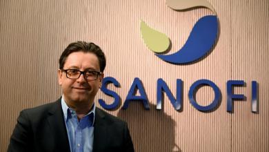 رئيس مجلس إدارة سانوفي الدوائية الفرنسية بول هادسون في مقر الشركة في باريس