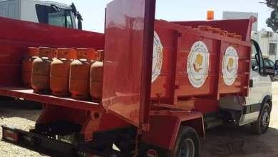 من سيارات بلدية طرابلس المركز لتوزيع غاز الطهي على المنازل