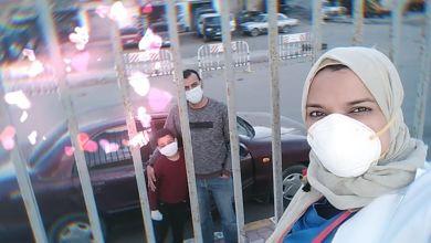 الدكتورة ميرفت السيد في صورة سيلفي مع زوجها وأحد أبنائها أثناء زيارتهم لها للدعم النفسي والمعنوي