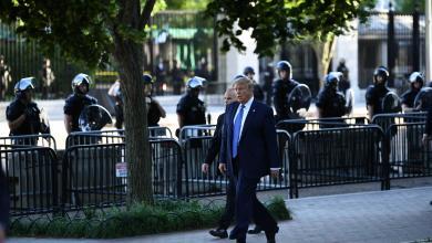 الرئيس الأميركي يقترب من المتظاهرين ويزور كنيسة قرب البيت الأبيض