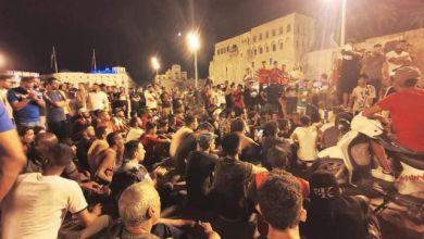 المتظاهرون ليلاً في ميدان الشهداء بقلب العاصمة طرابلس