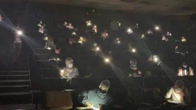 الصورة التي تم تداولها بعد حادثة انقطاع الكهرباء عن الطلبة بجامعة العرب الطبية