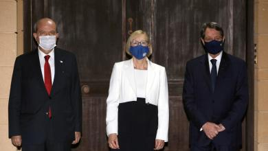 """""""إليزابيث سبيهار"""" رئيسة بعثة الأمم المتحدة في قبرص مع الرئيس القبرصي نيكوس أناستاسيادس وزعيم القبارصة الأتراك إرسين تتار -""""رويترز"""""""