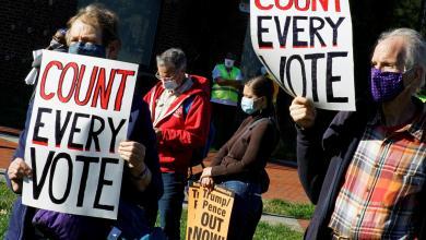 """مسيرة في فيلادلفيا للمطالبة بإحصاء عادل للأصوات في الانتخابات الرئاسية الأميركية لعام 2020 –""""رويترز"""""""