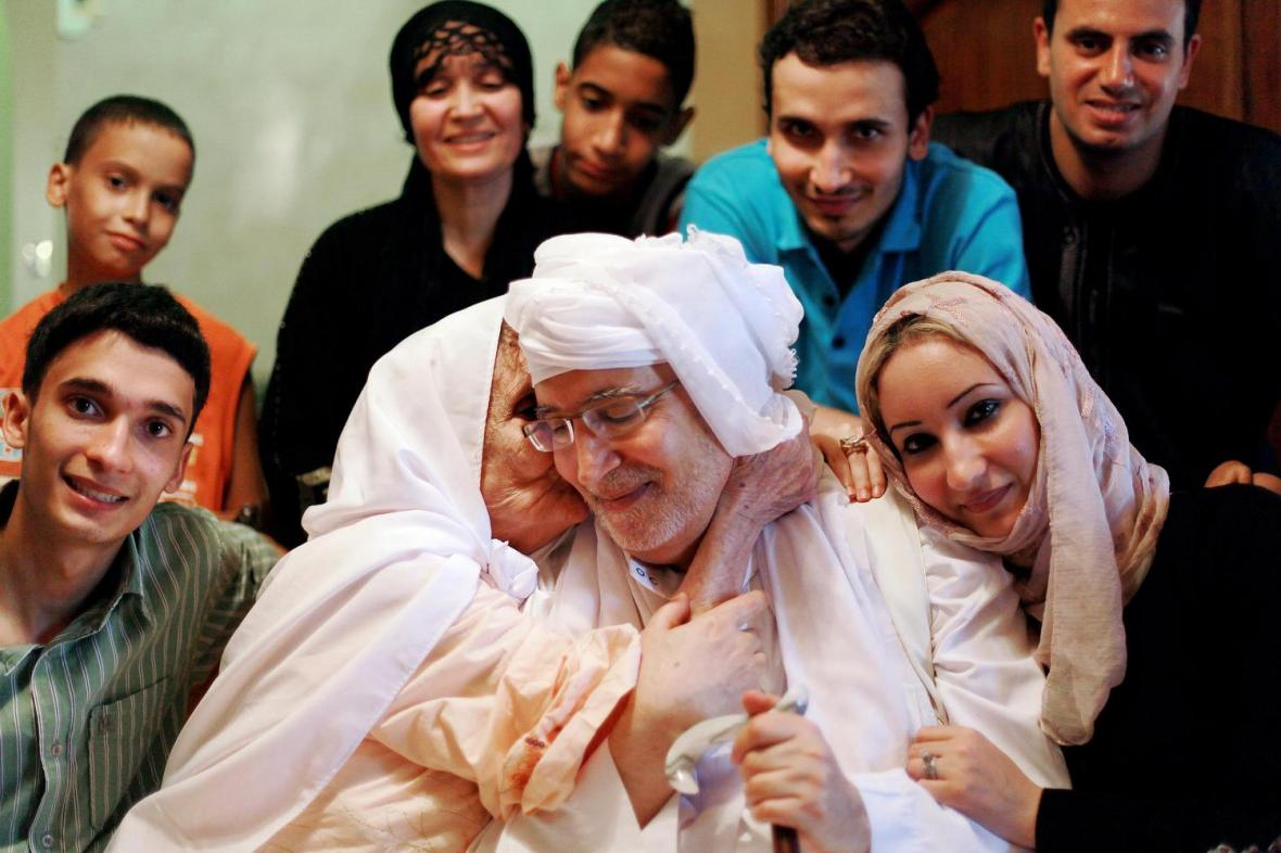 عبد الباسط علي المقرحي مع أسرته في طرابلس بعد عودته من اسكتلندا- إرشيفية