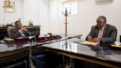 رئيس الحكومة الليبية عبدالله الثني يناقش مع وزير الزراعة حسن الزيداني الاستثمار في قطاعات الزراعة والثروة الحيوانية والبحرية