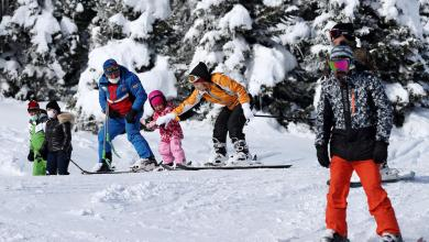 """تركيا.. أشخاص يتزلجون في منتجع أولوداغ الجبلي الغربي في بورصة –""""رويترز"""""""