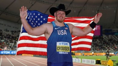 البطل الأولمبي الأميركي رايان كروزر مبتهجاً بتحطيمه الرقم القياسي في دفع الجلة ضمن افتتاح منافسات الدوري الأميركي لألعاب القوى