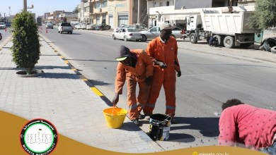 جانب من حملة نظافة شوارع مدينة مصراتة - طلاء حواف الأرصفة