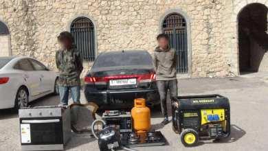صورة للشابين المتهمين بسرقة المواد والبضائع نشرتها صفحة وزارة الداخلية