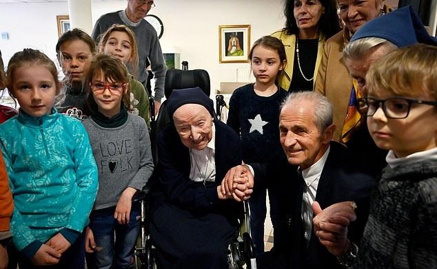 المعمرة الفرنسية لوسيل راندون تحتفل بعيد ميلادها 117 بعد نجاتها من فيروس كورونا
