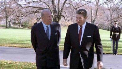 صورة تاريخية لوزير الخارجية الأسبق جورج شولتز يسير مع الرئيس الراحل رونالد ريغان خارج المكتب البيضاوي ، 4 ديسمبر ، 1986 م