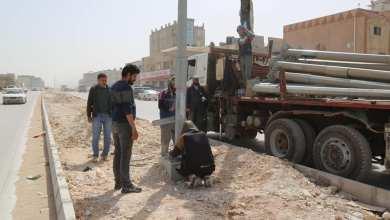 تركيب أعمدة إنارة الطريق الدائري الرابع في بنغازي