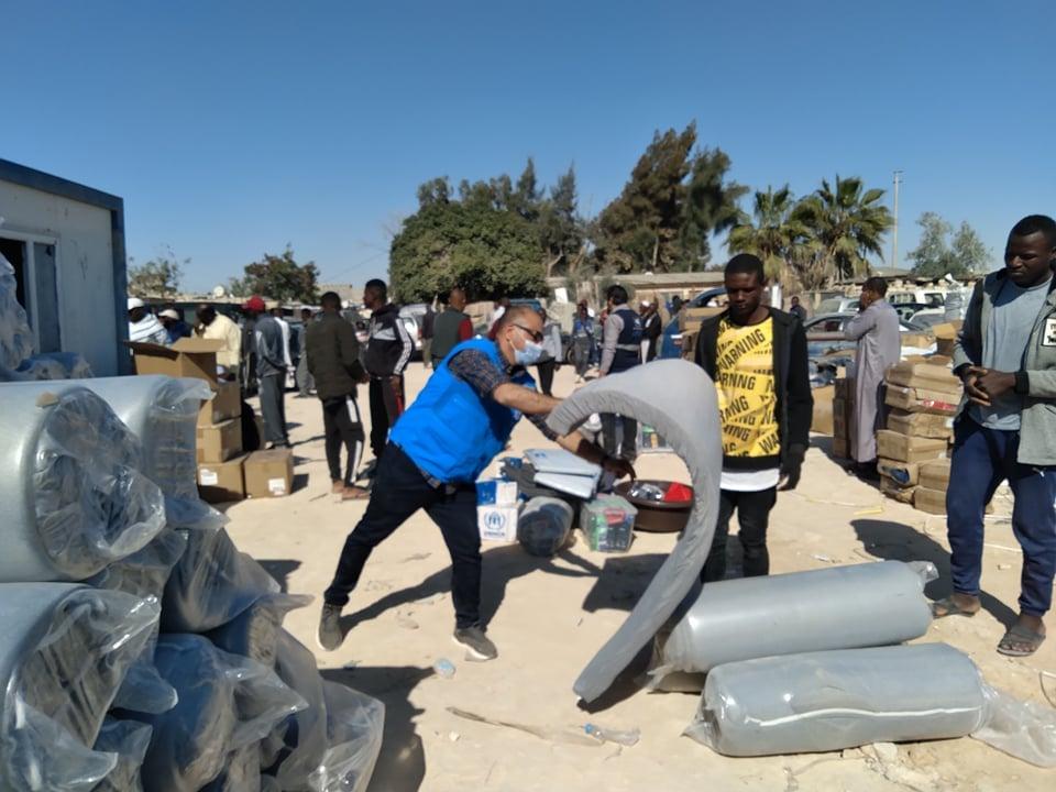 توزيع مستلزمات الشتاء على النازحين في أجدبيا