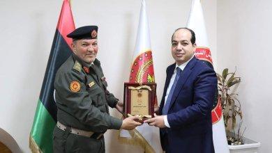 النائب أحمد معيتيق يتسلم درعاً تكريمياً من اللواء عبدالباسط مروان