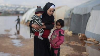 """أطفال يقفون خارج خيمتهم في إحدى المخيمات شمال غرب سوريا - 19 يناير 2021 م -""""عن موقع الأمم المتحدة"""""""