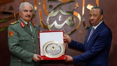 """رئيس الحكومة الليبية السابق """"عبدالله الثني"""" يتلقى تكريماً من القائد العام للجيش الوطني المشير خليفة حفتر"""