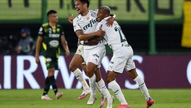 غوستافو سكاربا لاعب بالميراس البرازيلي يحتفي بتسجيل هدفه الثاني في مرمى ديفينسا الأرجنتيني
