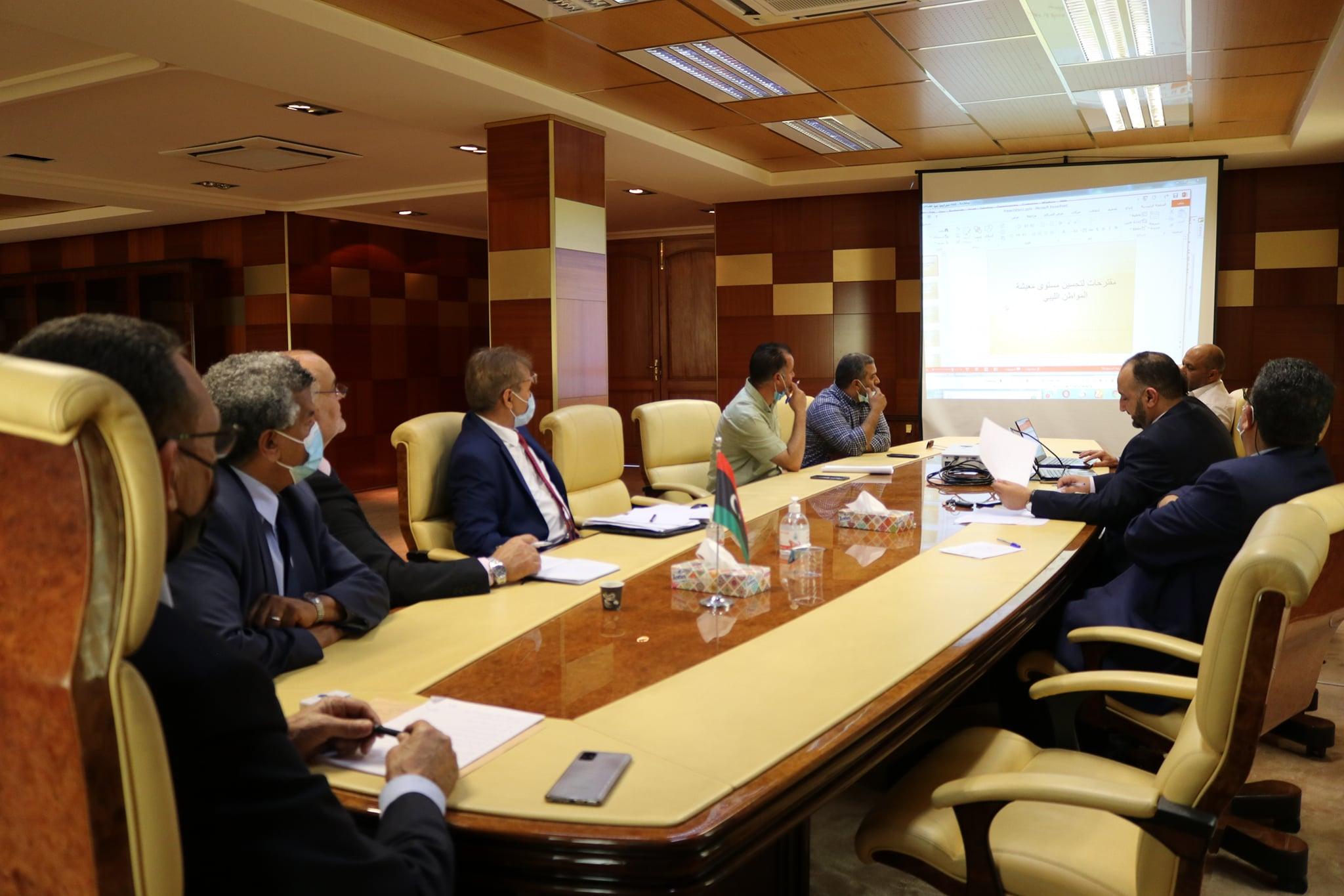 وزير الاقتصاد والتجارة محمد الحويج، مع عدد من الخبراء في مجالات الاقتصاد والاستثمار وأكاديميين بالجامعات الليبية