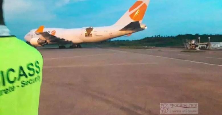 Avion cargo transportant du materiel pour le stade